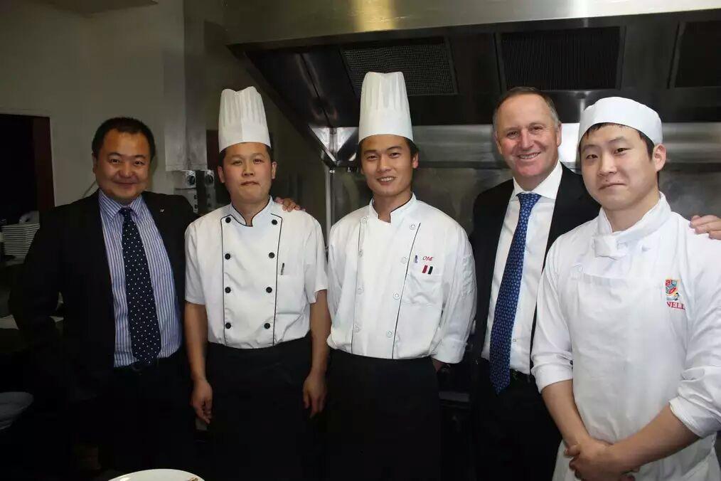 新西兰总理与我省外派厨师亲切交谈并合影留念